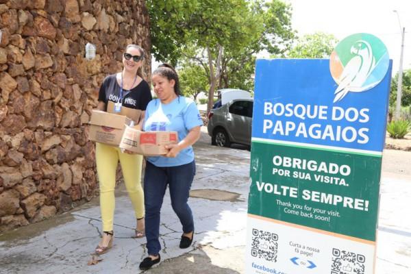 A subsecretária de Planejamento e Gestão de Projetos, Erika Horta e a representante da Secretaria Municipal do Meio durante a entrega das pilhas e baterias no Bosque dos Papagaios